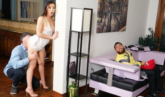 Молодая жена изменяет своему мужу с усатым соседом и кончает от секса...