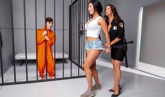 Мамочка брюнетка прямо в камере прыгает на члене молодого преступника...