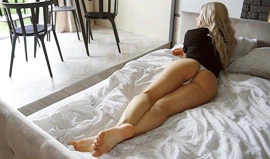 Татуированная блондинка после минета скачет на члене парня ради домашн...