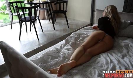 Татуированная блондинка тренируется в домашнем минете на фаллосе