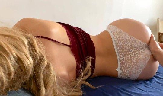 Парень на видео камеру снимает домашнее порно со своей подружкой в тру...