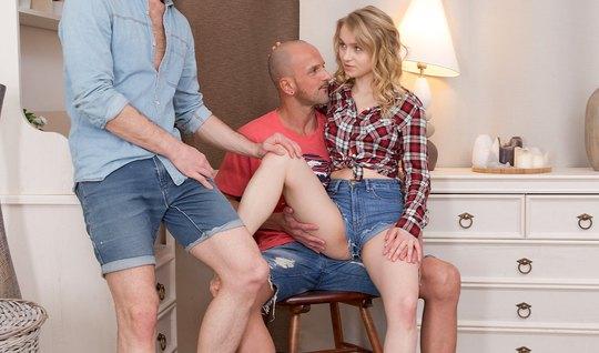 Русская парочка пригласила домой друга для секса втроем и двойного про...