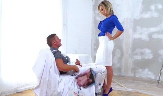 Женщина с большими дойками делает минет и трахается с маляром