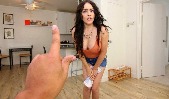 Брюнетка мамка подставляет свою вагину для секса с другом от первого л...