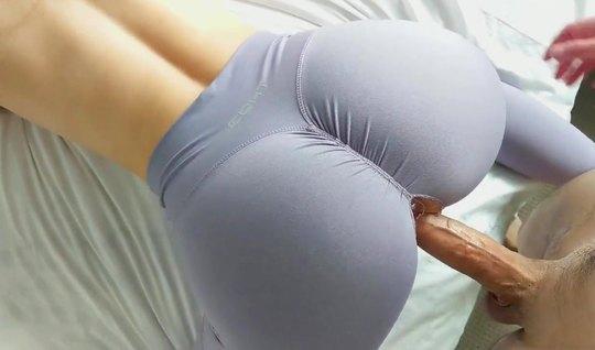 Рыжая девушка в лосинах подставляет дырочку для домашнего порно крупны...