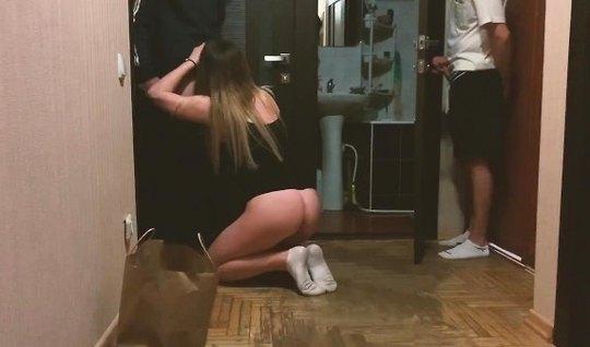 Русская девушка изменяет своему другу и подставляет дырки для домашнег...