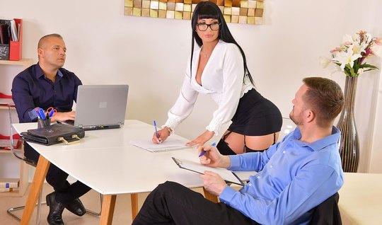В офисе грудастая брюнетка наслаждается двойным проникновением