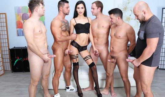 Девушка в чулках обожает анальный секс и двойное проникновение