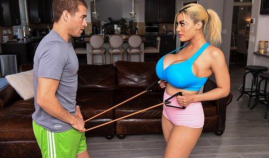 Жена с большими дойками изменяет своему мужу с молодым тренером...