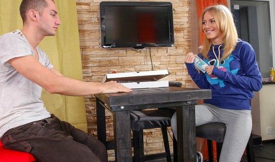 Русский студент уломал молодую подругу сесть аналом на очень крупный ч...
