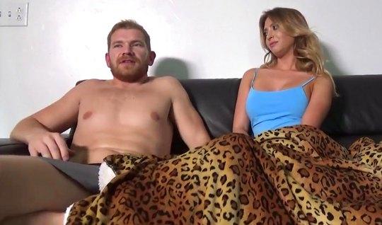 Муж снял серые трусы и на леопардовом одеяле выебал жену глубоко в щел...