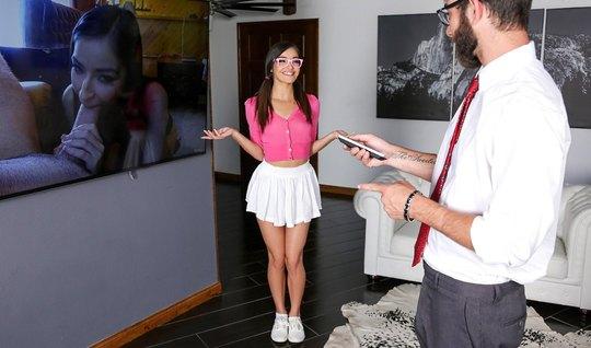 Худая молодая девушка задрала белую юбку и получила толстый член прогр...