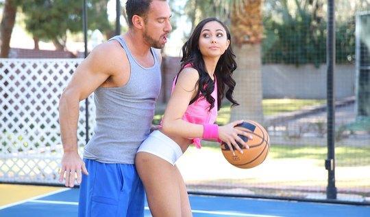 Спортсмен трахает темноволосую брюнетку прямо во время баскетбола