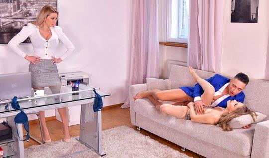 Директор ебется с двумя сотрудницами бухгалтерии в офисе и снимает пре...