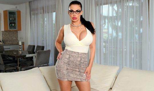 Гламурная в очках устроилась на работу, показав большие дойки боссу и ...