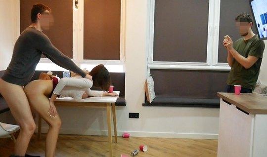 Девушка студентка в позе раком принимает участие в съемке домашнего по...