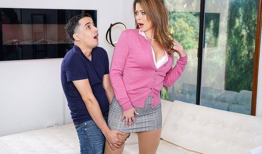 Молодой сосед с пристрастием трахает сексуальную мамочку с большими си...