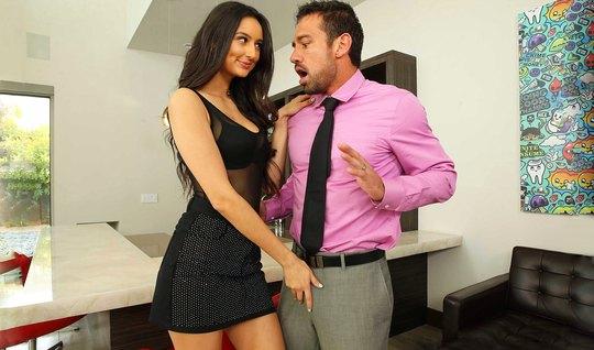 Брюнетка в гостиной задирает ножки для страстного секса с мужчиной