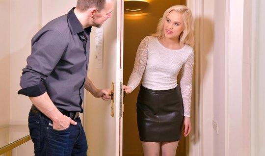 Русская блондинка в чулках после куни кончает во время вагинала...