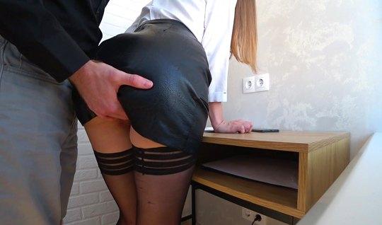 Девушка задрала ноги в чулках и дала парню возможность снять домашнее ...