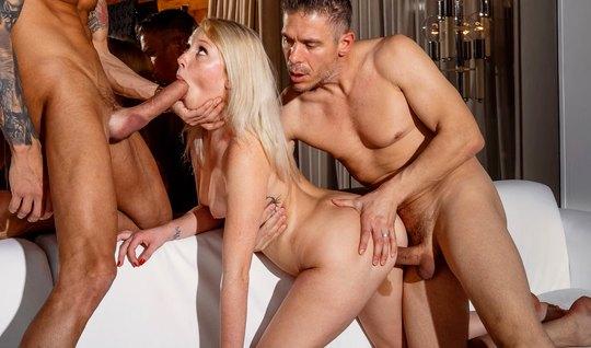 Молодая блондинка принимает участие в групповом сексе и кончает во вре...