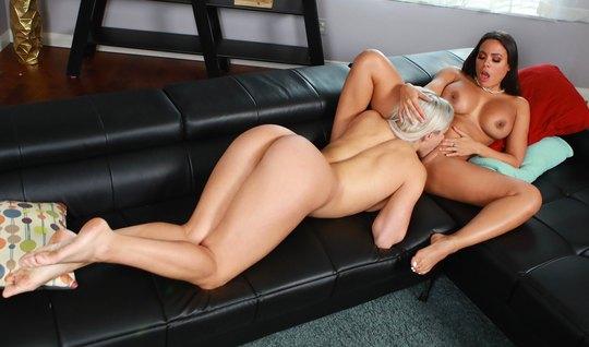 Блондинка страстно кушает красивой лесбиянке со стоячими сиськами мокр...