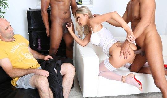 Муж видит измену блондинки в чулочках и на шпилях с двумя хуястыми нег...