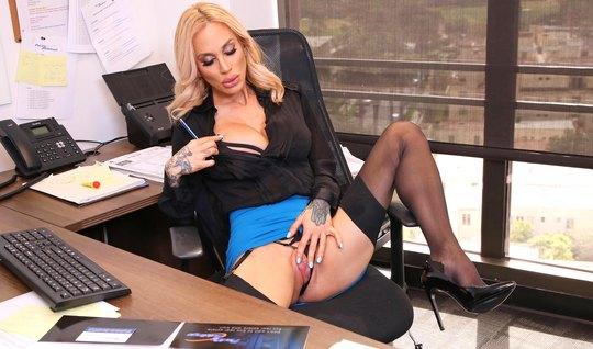 Татуированная секретарша в офисе в чулках ебется с бородатым директоро...