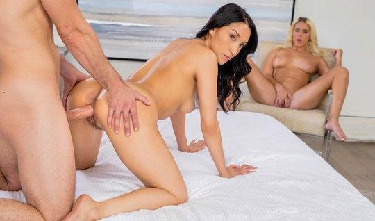 Жена изменяет мужу с лучшей подругой и ее мускулистым сексуальным парт...