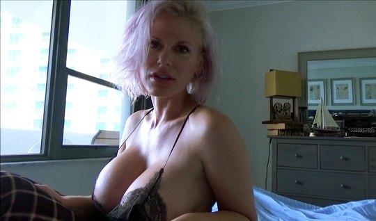 Зрелая тетка задирает платье, показывая бритую вагину и крупные дойки ...