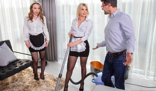 Хозяин мутит груповушку с двумя горничными в чулках в спальной комнате...