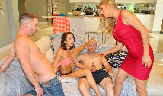 Мамки меняются хуястыми мужьями и мутят свингер-оргию на большом диван...