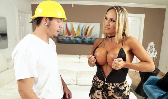 Мамка показала строителю большие дойки и трахнула его аппетитной задни...