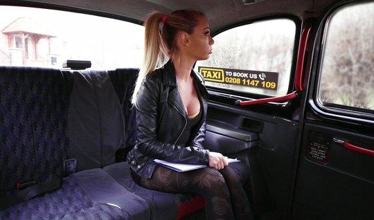 Блондинка в машине хочет отсосать водителю палку за поездку и дать в п...