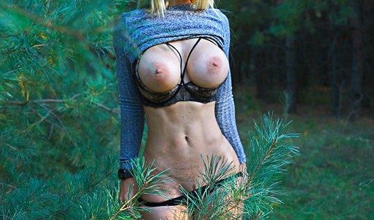 Стройняша на природе светит перед хуястым дружком большими классными д...
