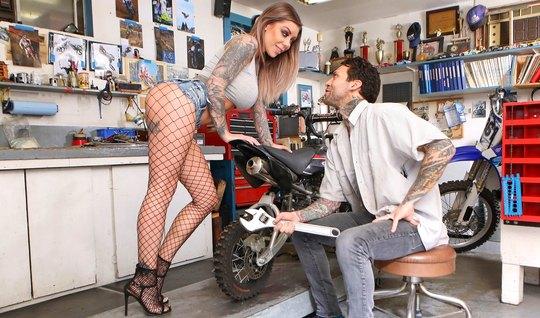 Грудастая татуированная байкерша ласкает здоровенный член механика