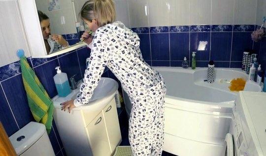 Парень спустил пижаму дома в ванной с девки и раком выебал перед зерка...