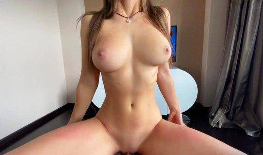 Русская у себя дома снялась в горячем секс-видео с мускулистым дружком