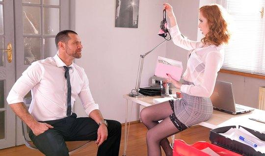 Рыжая секретарша в офисе набрасывается на сочный член начальника и кон...