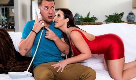 Премиум шалава в красном платье отсасывает женатику здоровенный шланг...