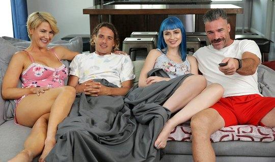 Симпатичные свингеры на сером диване насладились жаркой групповухой и ...