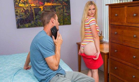 Блондинка наслаждается стоячим членом мужика с утра на кровати и кайфу...