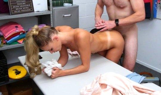 В офисе крепкий мужик раком трахает стройную блондинку и сливает в ее ...
