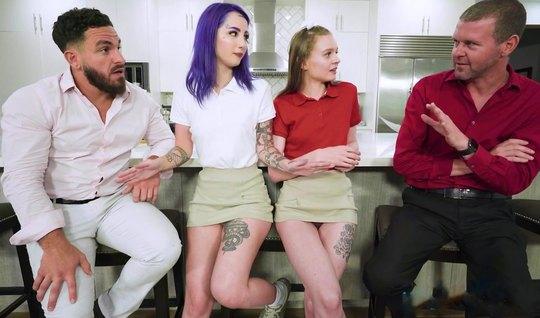 Татуированные друзья вскрывают молодым сучкам все дырочки большими хуя...