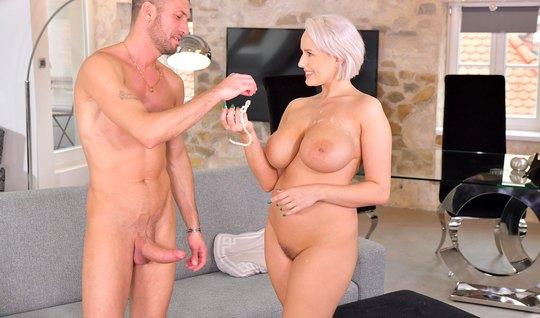 Толстая блондинка жестко трахается с грабителем и пьет его вкусную спе...