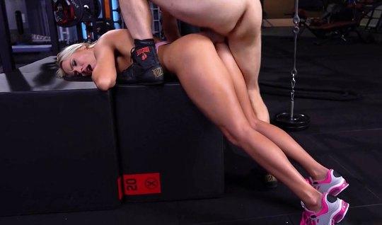 Анальная ебля блондинки с красивым боксером приносит ей кончу между яг...