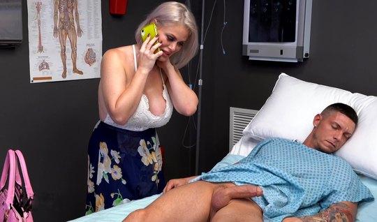 Татуированная зрелая мамка в больнице отсасывает пациенту каменный чле...