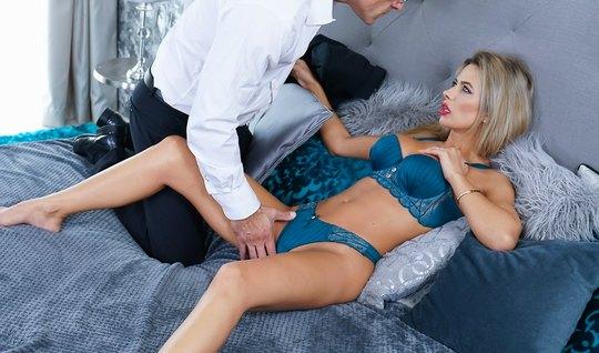 Анальная дырочка секретарши вызывает каменный стояк в брюках директора...