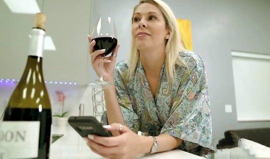 Мамка выпила вина и устроила домашний секс втроем с молодой супружеско...