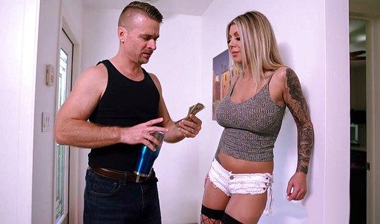 Блондинка с огромными дойками течет от домашнего траха со своим мужем...